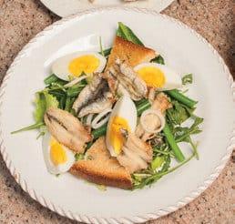 Insalata con fagiolini, uova sode e alici fritte