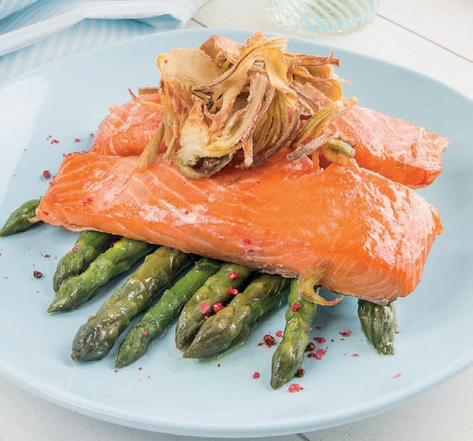 Trancio di salmone affumicato su asparagi e carciofi fritti