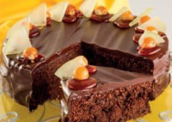 Torta reseda con cioccolato fondente, nocciole e caramello