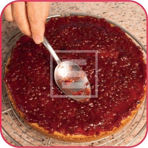 Torta di grano saraceno e confettura di frutti rossi