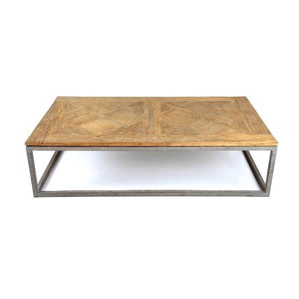Rechthoekige salontafel met houten blad op metalen onderstel in landelijke stijl
