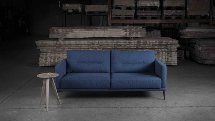 Zetel in stof op pootjes met uitschuifbaar zitkussen