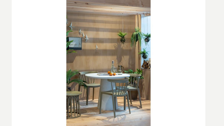 Trendy stoel in kunststof stapelbaar voor binnen en buiten