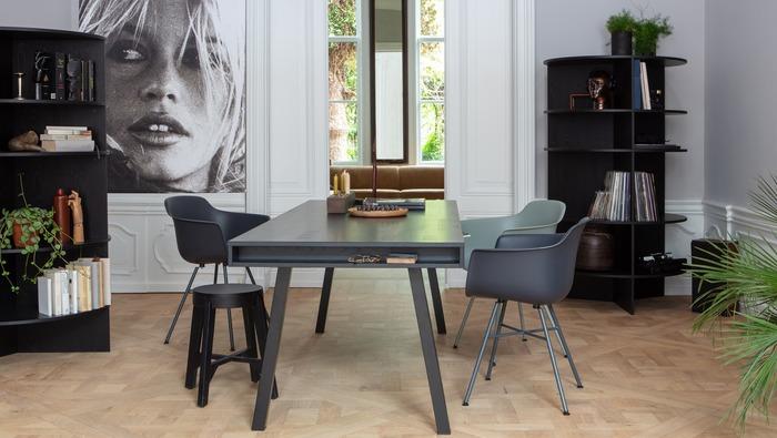 Moderne kuipstoel in kunststof op metalen poten grijs groen