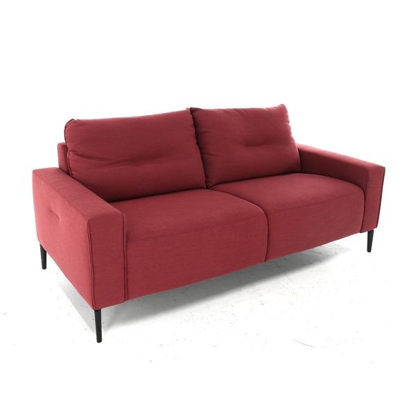 Moderne salon in rood stofje op pootjes