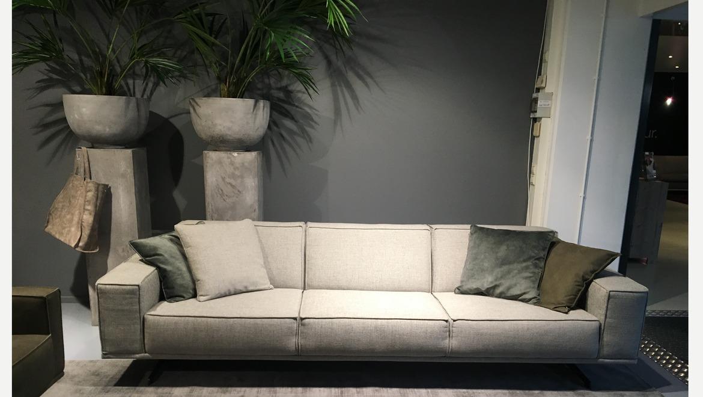 Moderne salon met lage rug op metalen poten in leder of stof
