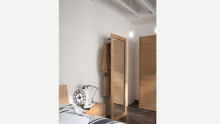 Grote staande spiegel in hout met kapstok achter