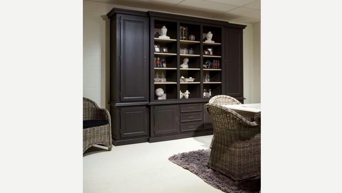 Grote wandkast met 5 deuren in zwart met open legplanken voor decoratie
