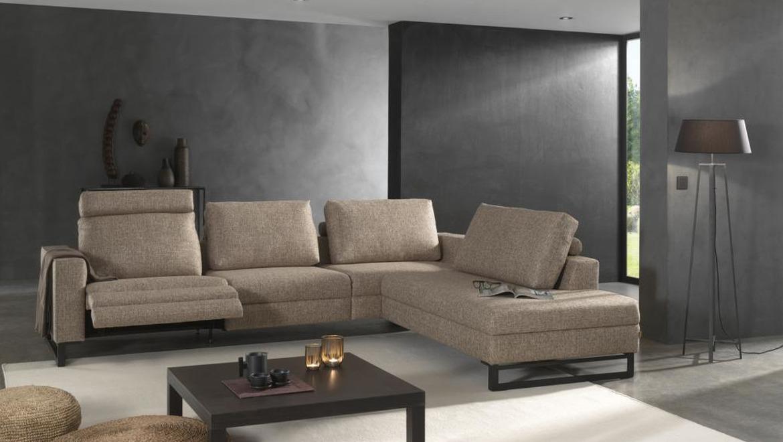 Moderne salon in lichtgrijze stof op sledenpoot in metaal