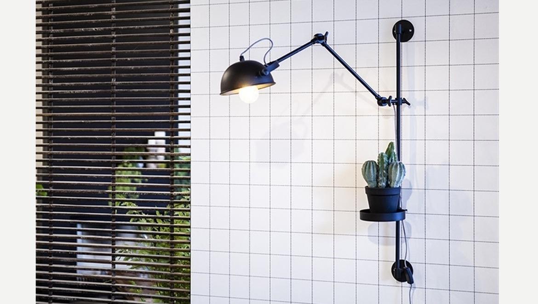 Muurlamp verschuifbaar in zwart metaal met houder