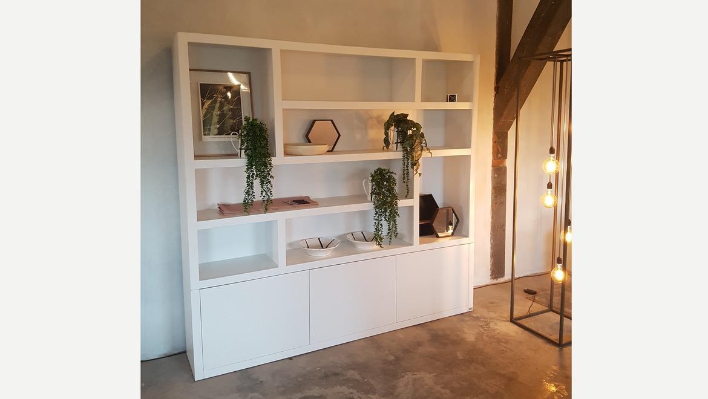 Witte wandkast met open vakken en kastdeuren