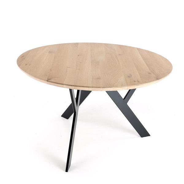 Ronde tafel met houten bovenblad en metalen poten