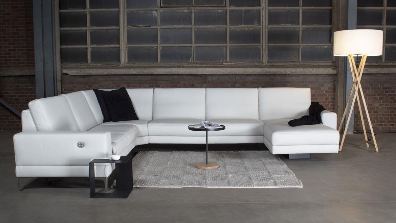 Moderne witte salon met relaxen en uitschuifbare rugleuning