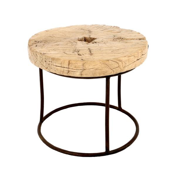 rond tafeltje met oud houten wiel en metalen onderstel