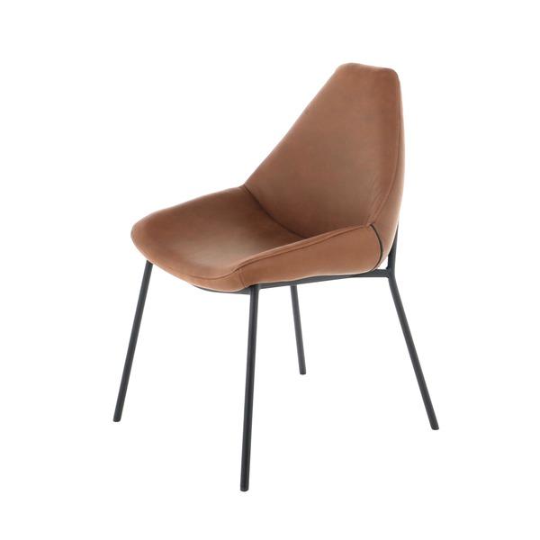 comfortabele stoel in warm zacht cognac leder op zwarte poten