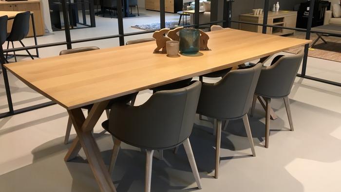 Eettafel in massief eik op gekruiste poten