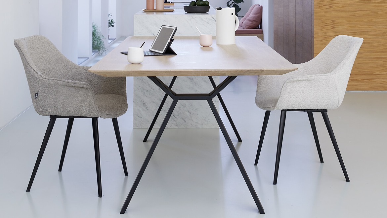 tafel in Scandinavische stijl met massief eiken blad, afgeronde hoeken en verjongde bladrand