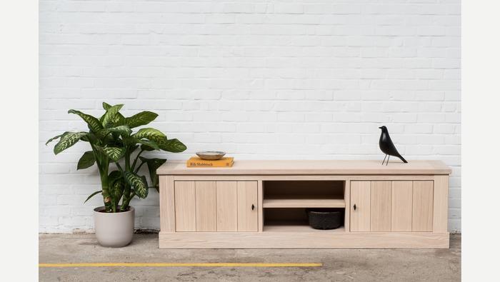 tv meubel in eik met 2 kastdeuren en een open lade