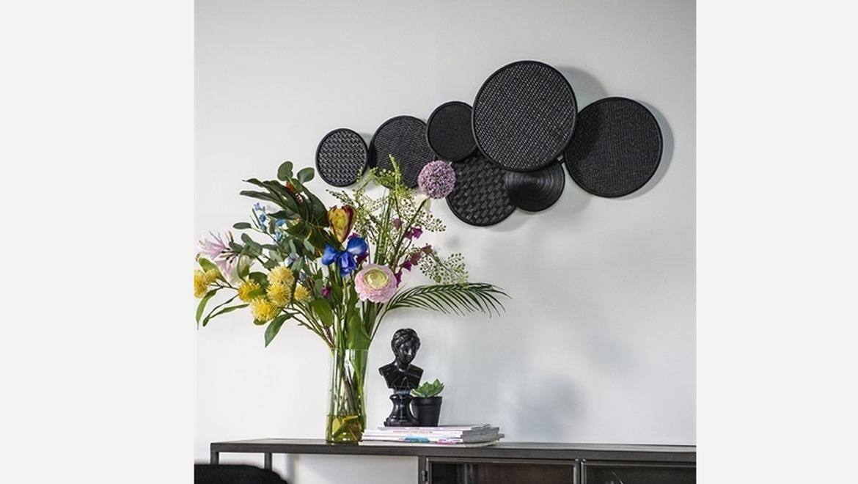 Decoratie voor aan de muur met zwarte cirkels in bamboe