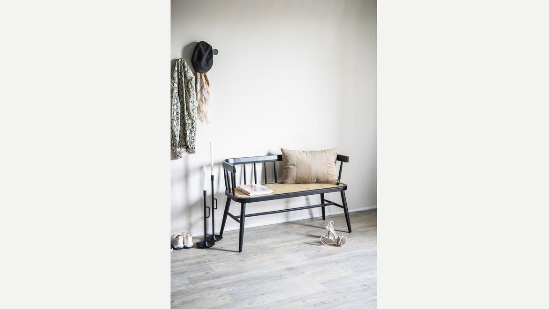 Hip zitbankje bestaande uit zwart berkenhout met bamboe zitting