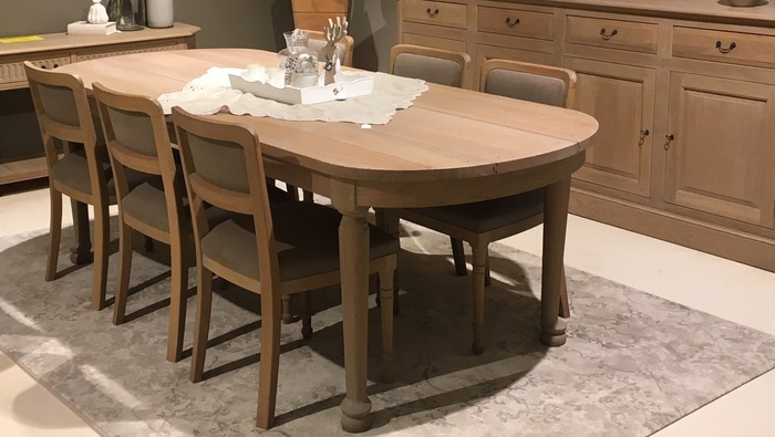 Massieve tafel met afgerond bovenblad en ronde poten ambachtelijk