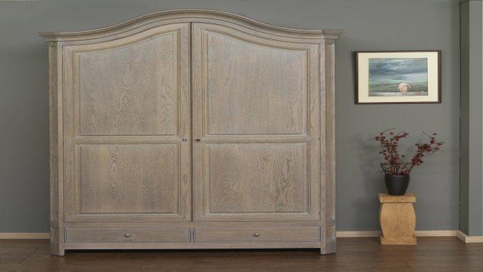Hallkast met 2 deuren in massief eik met gebogen bovenstuk