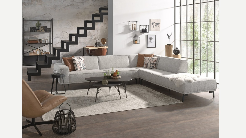 Moderne salon op metalen poten met lage rugleuning in stof of leder