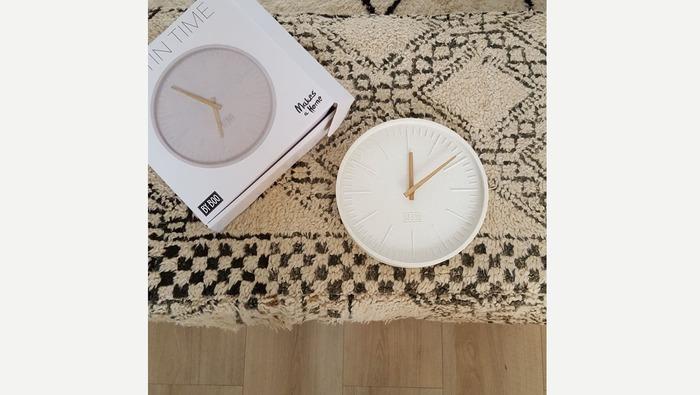 Witte klok in steen met houten wijzer, just in time