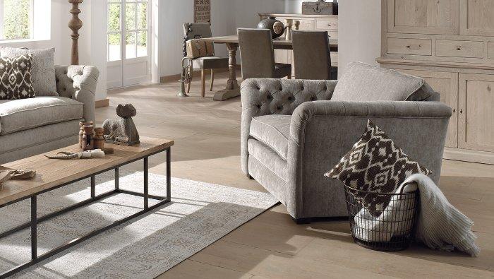 zachte landelijke zetel in grijze stof met knopen en breed zitkussen