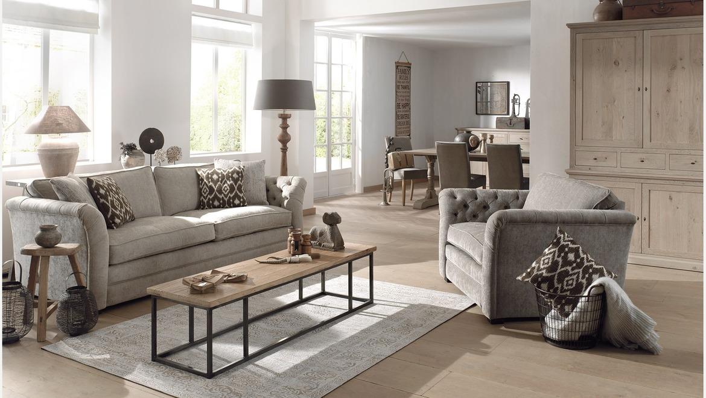 zachte landelijke zetel in beige stof met knopen en 2 grote zitkussens