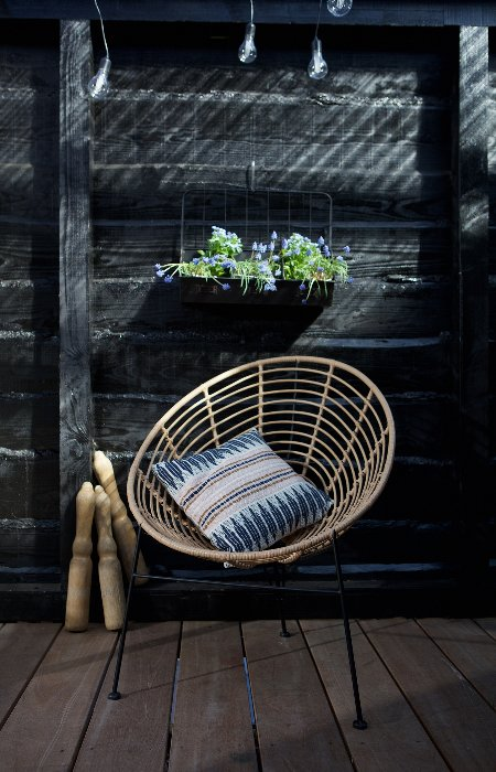 Loungestoel geweven op zwarte metalen poten