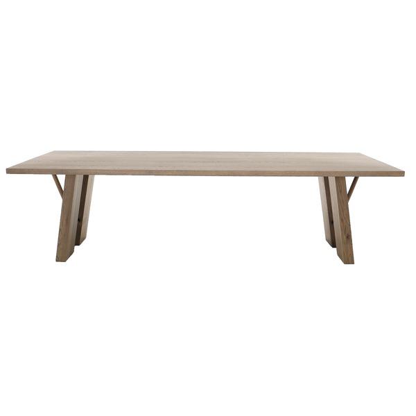 Moderne tafel met schraagpoten in massief eik
