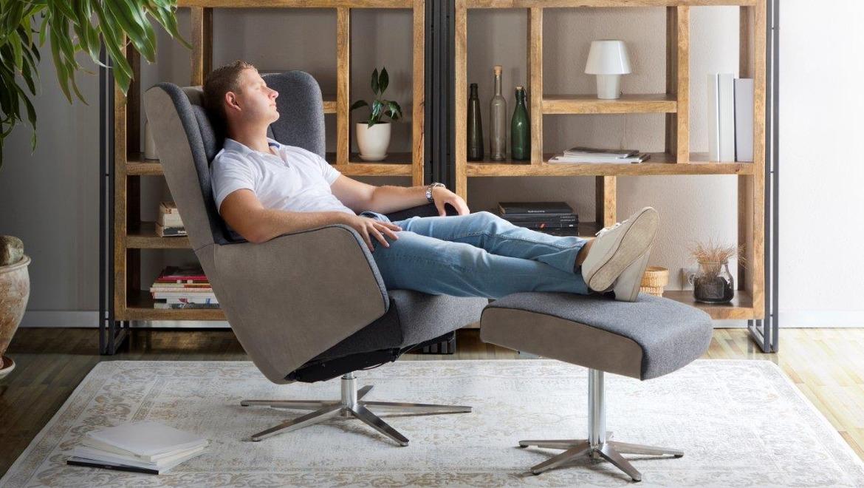 Trendy fauteuil met relax in cognac leder op draaivoet
