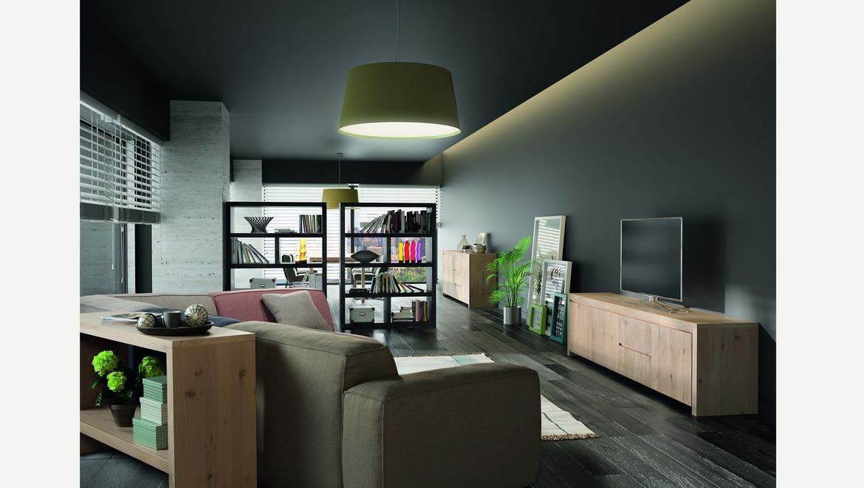 Open rek in hout als room divider om decoratie in te plaatsen