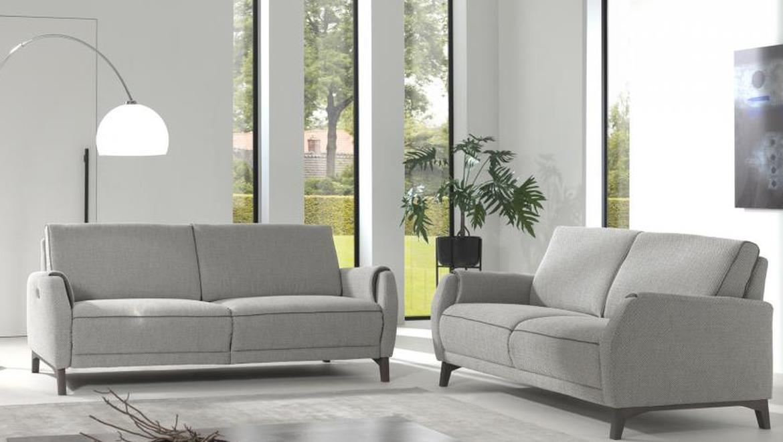 Moderne salon op pootjes met relax en elektrisch uitschuifbare longchair