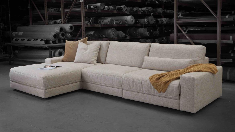 Moderne salon in wit beige stof met elektrische relax en pouf