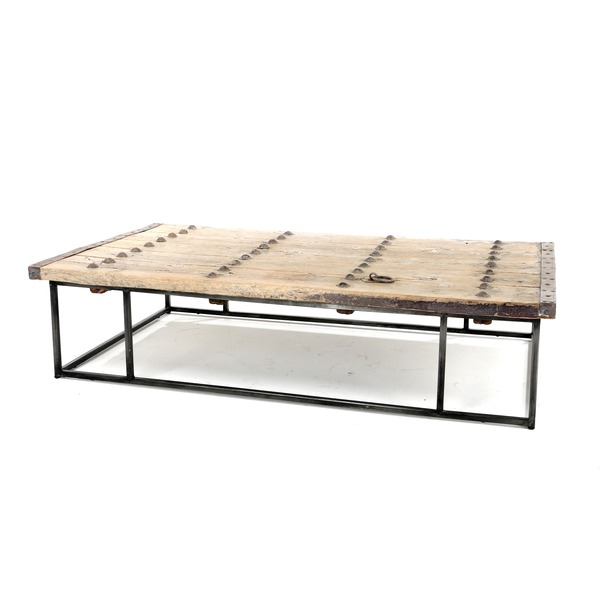 salontafel met oude houten deur en metalen frame