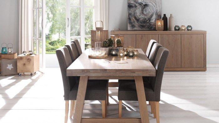 Massieve tafel op houten schraagpoten