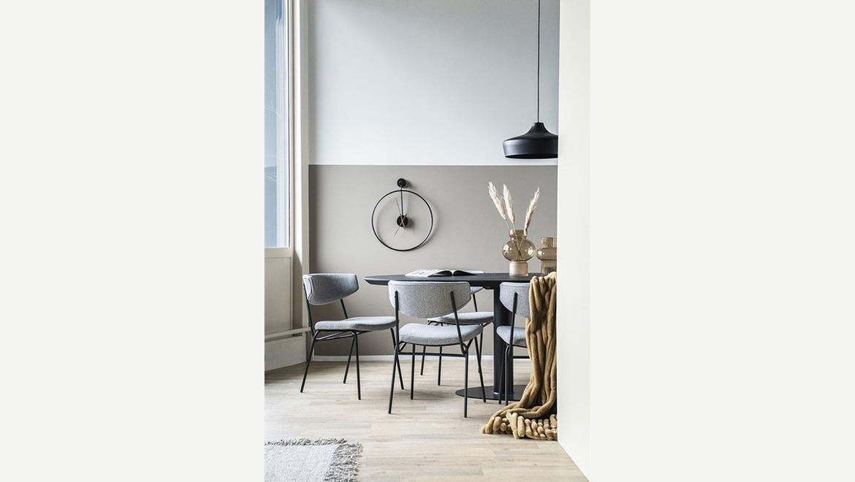 stoel modern in stof beige met gebogen rug en zwarte poten