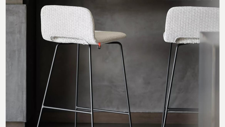 Lichte moderne barstoel met lage rugleuning en sledepoot.