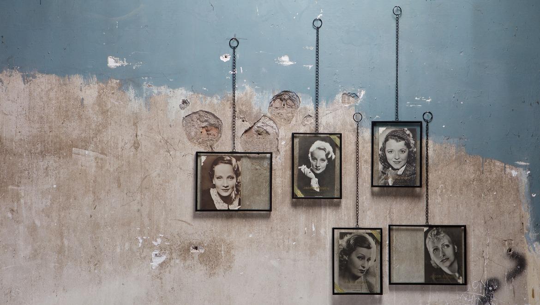fotolijst in glas met ketting en vogel in zwartwit