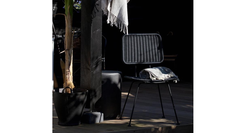 stoel in geweven kunststof zwart voor binnen en buiten gebruik