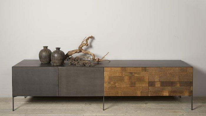 tv meubel in massief teak met brut staal afgewerkt