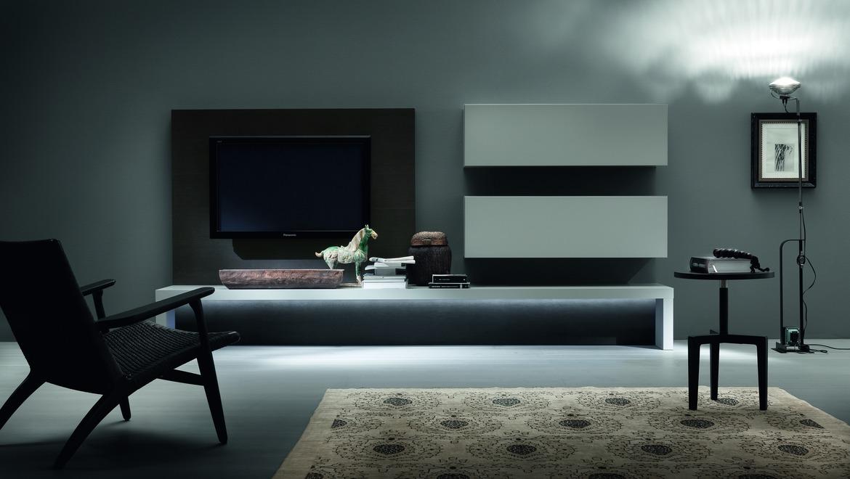 Wit gelakt tv meubel met wand voor kabels