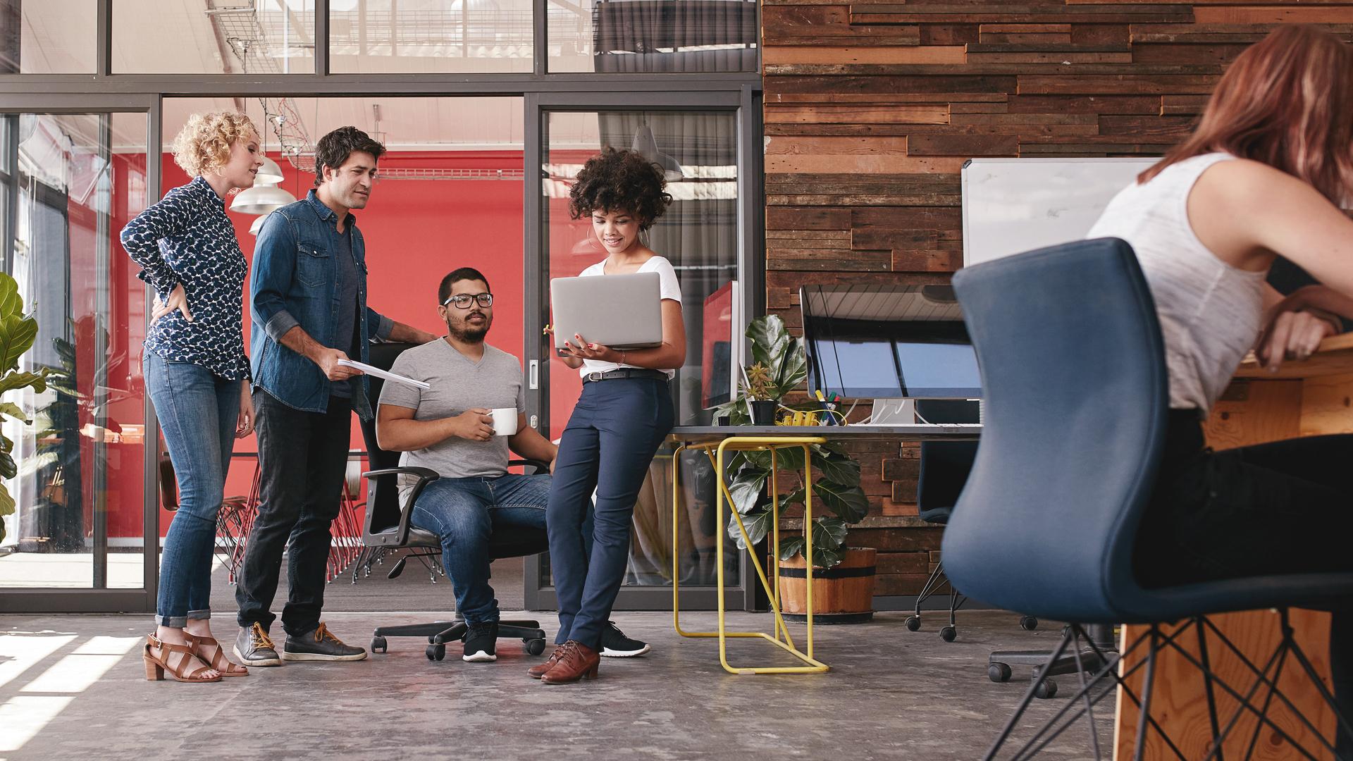 Equipe de uma startup trabalhando no modelo de negócio