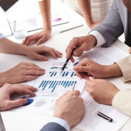 Qual é o papel do departamento de recursos humanos em uma empresa?