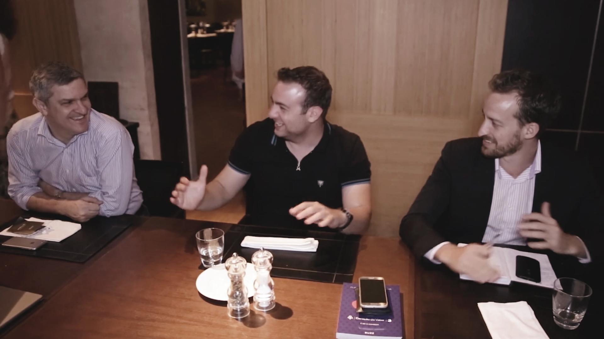Fernando Procopiak reunindo-se com outros alunos do meuSucesso.com em mentoria e jantar com Flávio Augusto