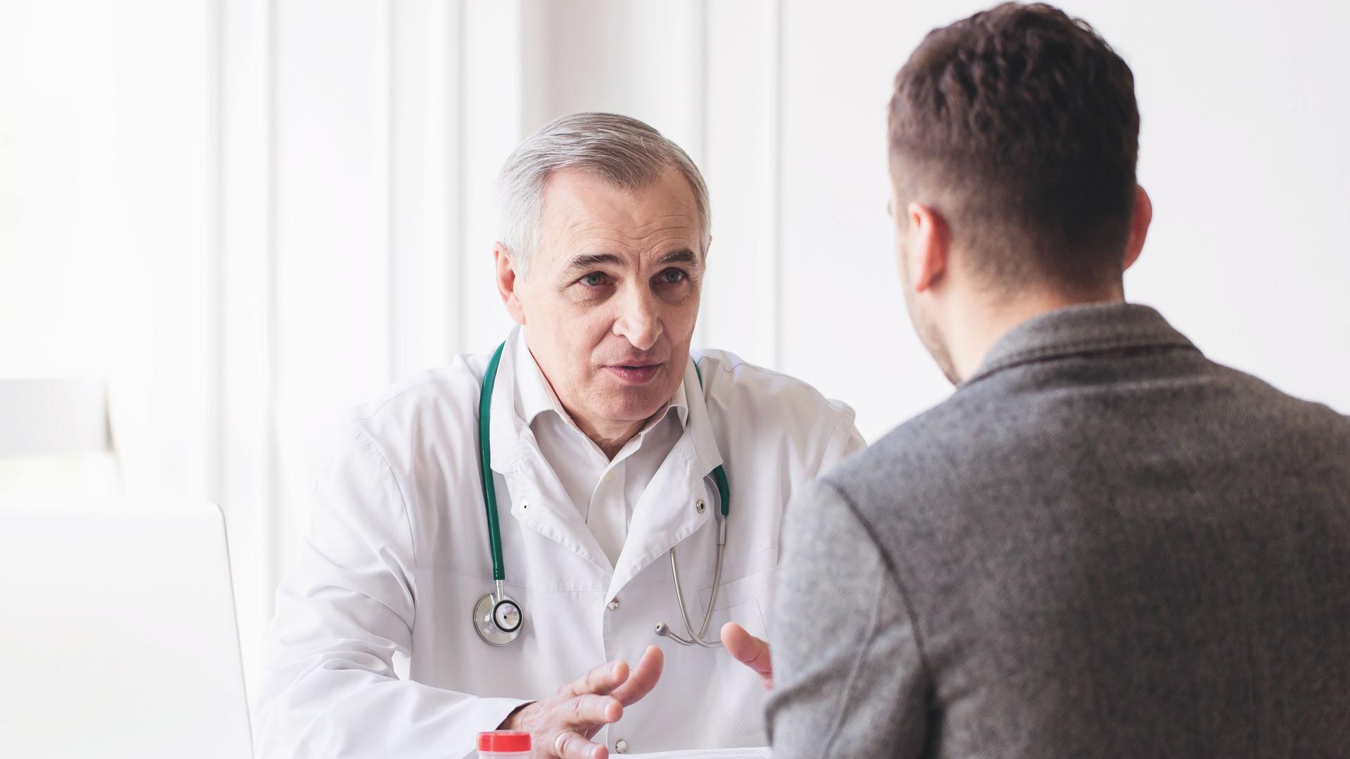 Imagem que ilustra um médico atendendo a um paciente