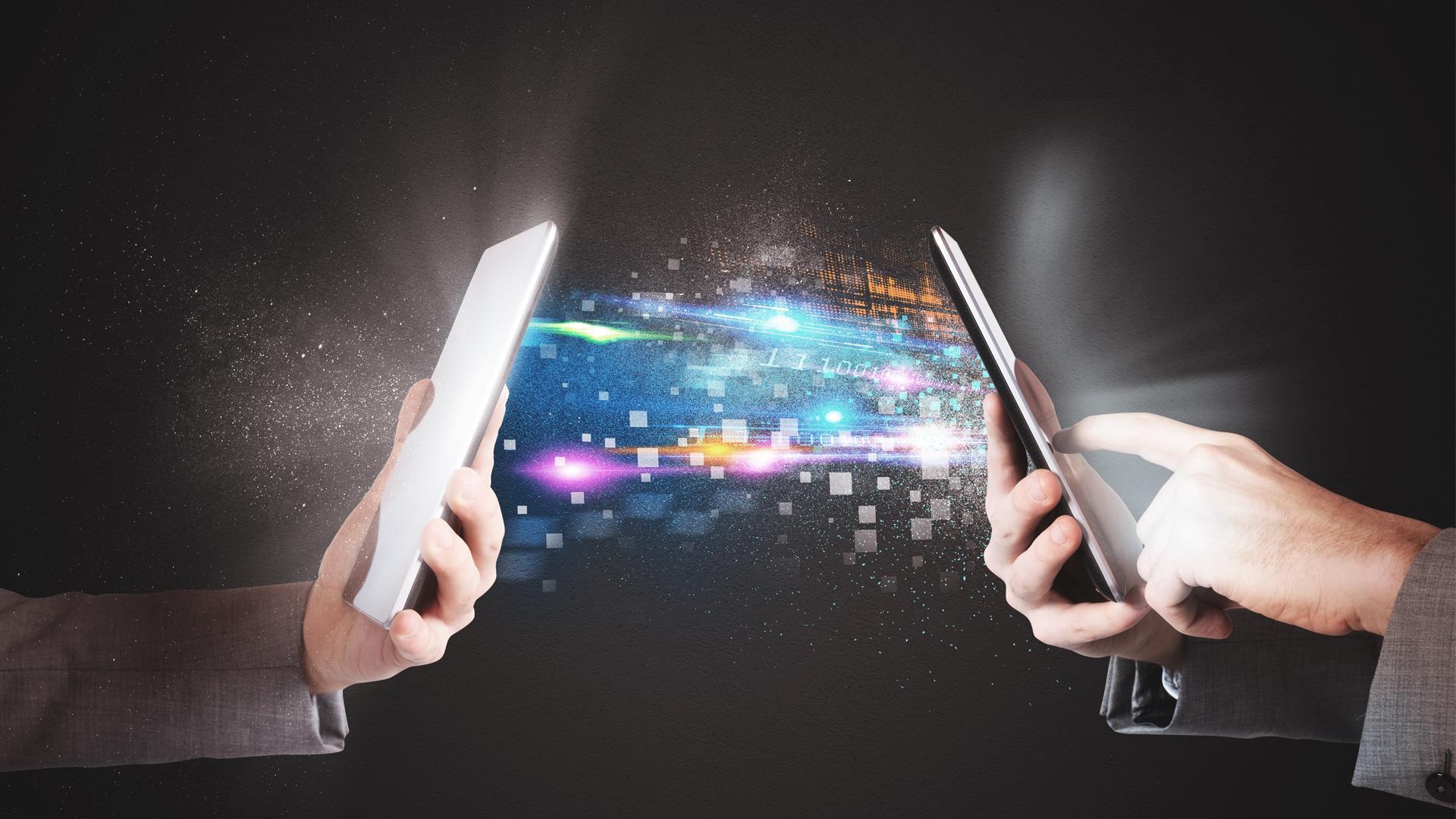 organização digital: dois celulares trocando informações