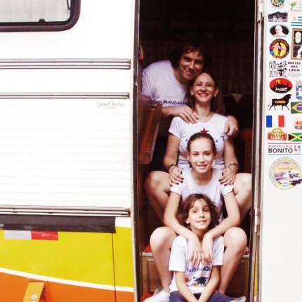Aluna vai dar volta ao mundo com a família em ação social